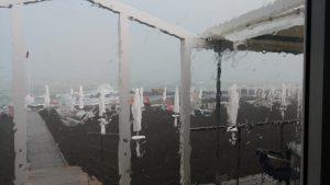 Campo di Mare, la mareggiata invade il ristorante dello stabilimento