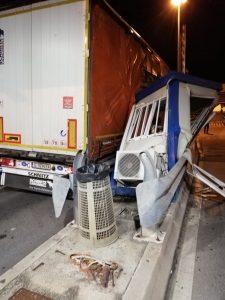 Varco Vespucci, tir distrugge un gabbiotto della security