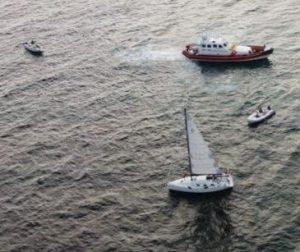 Barca incagliata sui fondali delle Murelle a Montalto: operazione di soccorso della Cp305