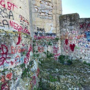 Vandali in azione a Tarquinia: ancora imbrattate le mura della chiesa di San Giacomo
