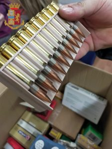 Arsenale in cantina: rinvenuti 800 detonatori e 628 cartucce di vario calibro