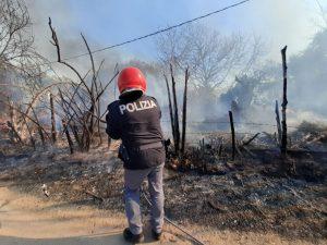 Vasto incendio a Tarquinia in zona Grottelle: lungo intervento  di Vigili del fuoco, volontari Aeopc, Polizia di Stato e Polizia locale