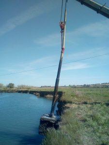 Palo della rete elettrica nel fiume Fiora: recuperato dai Vigili del fuoco