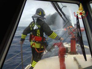 Catamarano in fiamme a largo di Civitavecchia