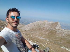 Si ribalta il rimorchio di un trattore e schiaccia un'auto: morto sul colpo il bomber Federico Gentili