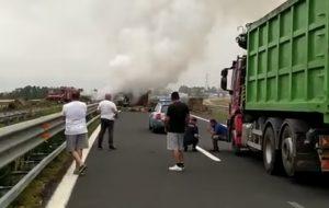 L'incidente mortale dell'A12. I primi soccorritori: ''Il conducente è bruciato sotto i nostri occhi''