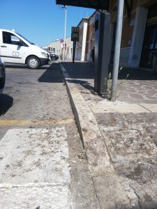 Piazzale della stazione di Civitavecchia: i tassisti lanciano l'allarme